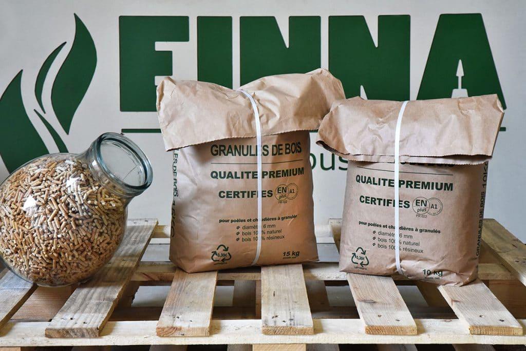 Livraison de granulés de bois en sacs sur palette, Amplepuis, Beaujolais, Roanne
